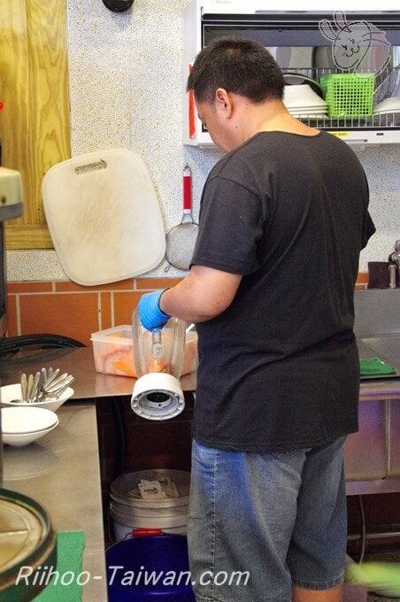 囍冰果室-注文したパパイヤミルクを作っているオーナー