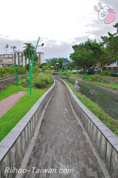 宜蘭-小川沿いの小道