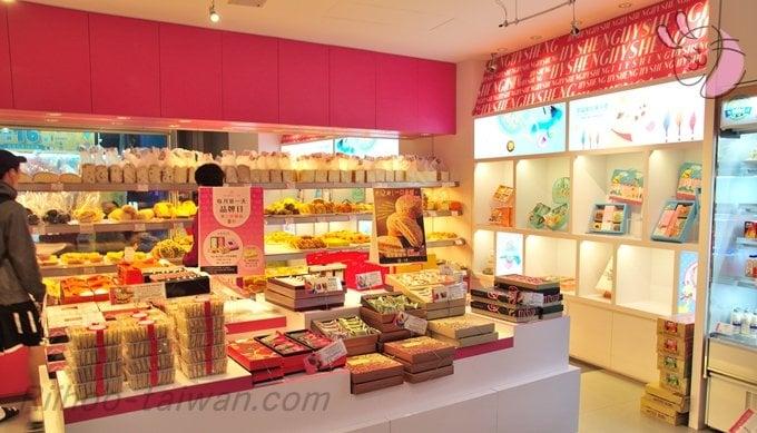 一之軒店内の中央テーブル、チョコレートパイナップルケーキ、ヌガー