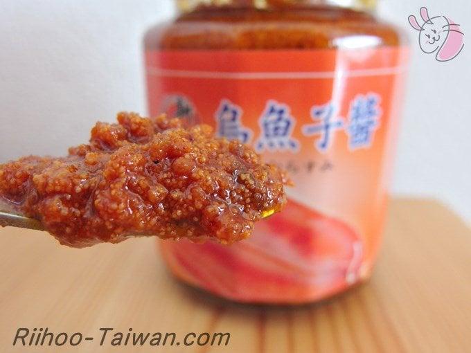 新點子食品-カラスミソース(烏魚子醬)をスプーンで中身を見せてる