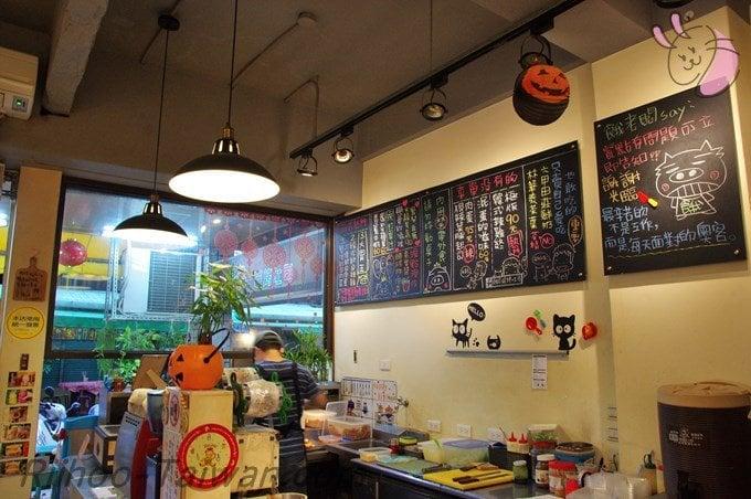 餓店碳烤吐司-店内のキッチンと壁メニュー