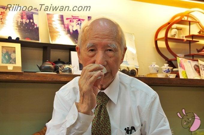 峰圃茶荘-おじちゃん,聞香杯で茶の香を楽しむ