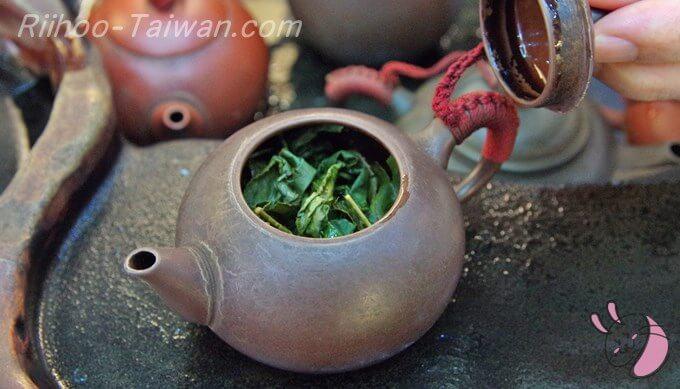 峰圃茶荘-急須の中で開いた烏龍茶の茶葉