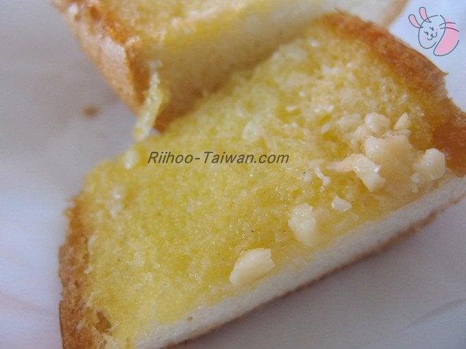 福利麺包(FLORIDA BAKERY) ガーリックフランスパンを開いたところ