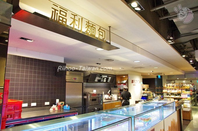 福利麺包(FLORIDA BAKERY) 台北駅向かいの三越地下1階の店舗