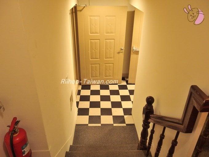 グッドライフホテル(上樺旅棧) 地下の食事会場への階段