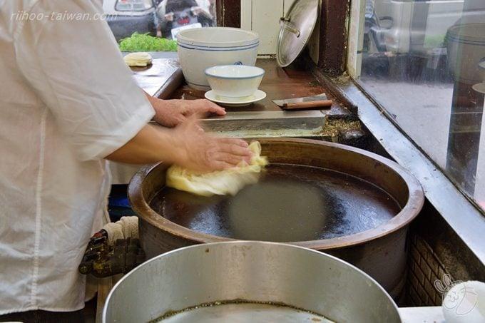 種福園   斤餅 両面きれいな焼色が付くと、熱々の生地をパンパンパンと  空気を含ませるように素早く、素手でたたいて出来上がり