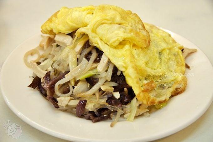 種福園 合菜代瑁 豆腐・もやし・きくらげ・春雨・黄ニラなどを炒めた上に、薄焼き卵を載せたおかず