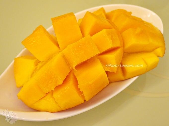 松江市場で買ったマンゴーをホテルの部屋でいただきました