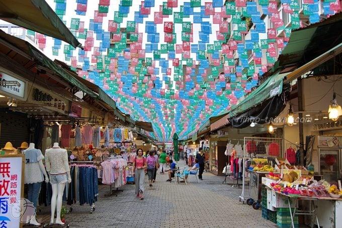 四平街陽光商圈 小さい旗が沢山、ピラピラしています。