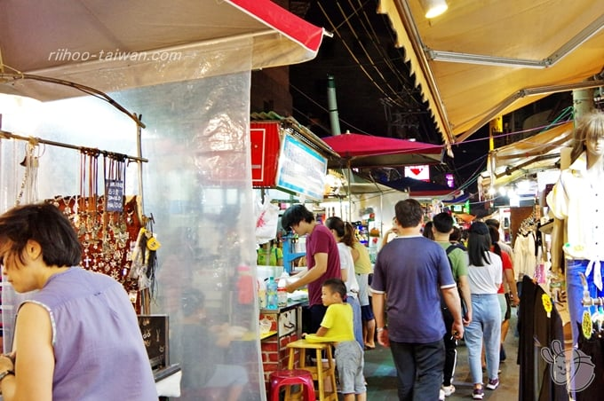三和夜市 狭い通路で雑貨や衣類、日用品のお店が多い
