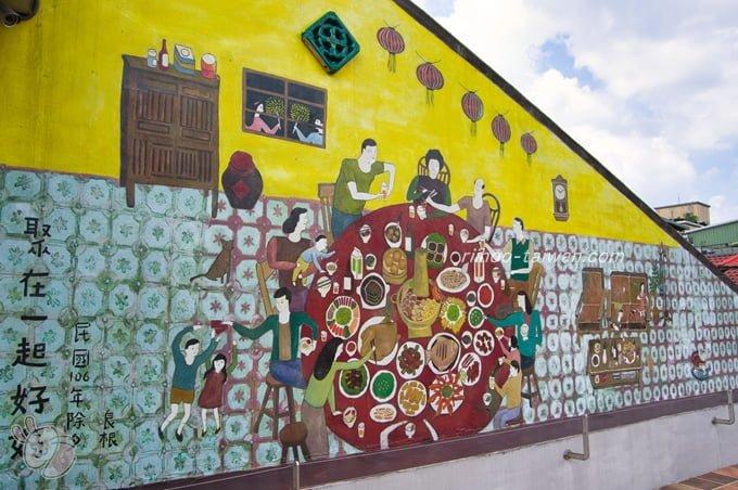 迪化207博物館 屋根の壁にごちそうを食べる一家団らんの大きな絵
