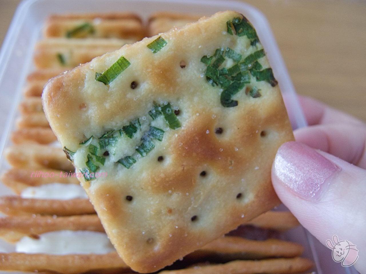 佳徳糕餅(ChiaTe)  葱軋餅 葱入りクラッカーの表面には、塩のつぶつぶ