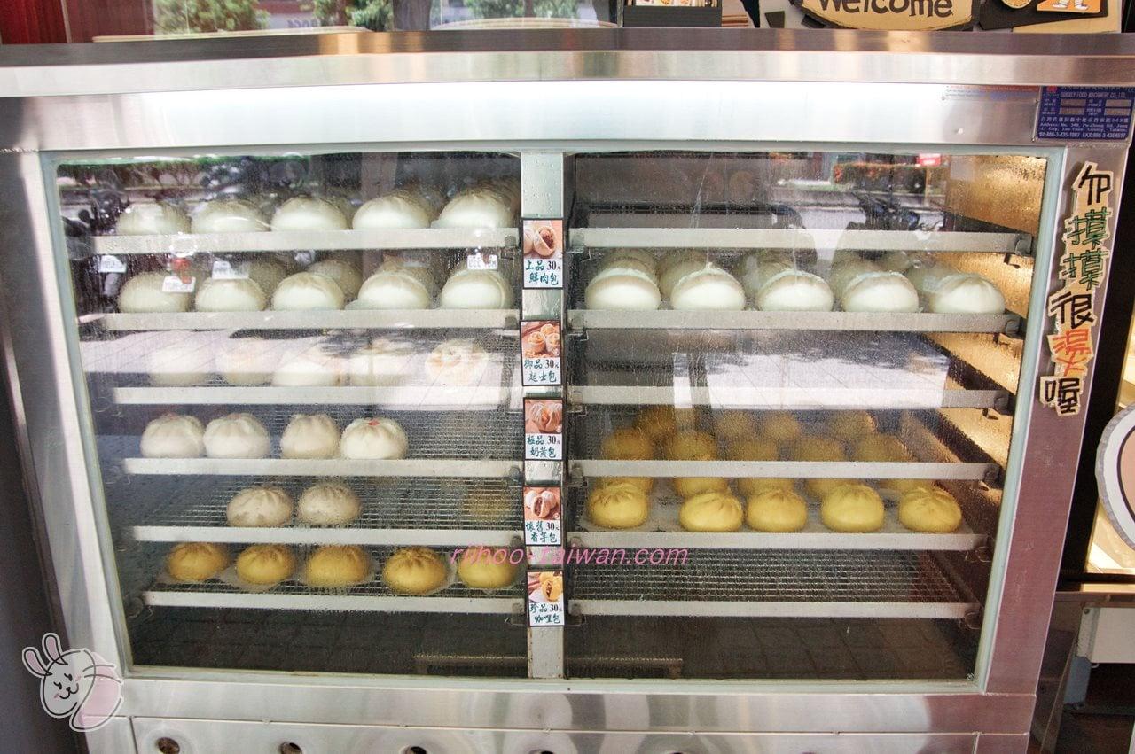 松包子(Os桑的包子) お店の入り口には、蒸された包子(中華まん)