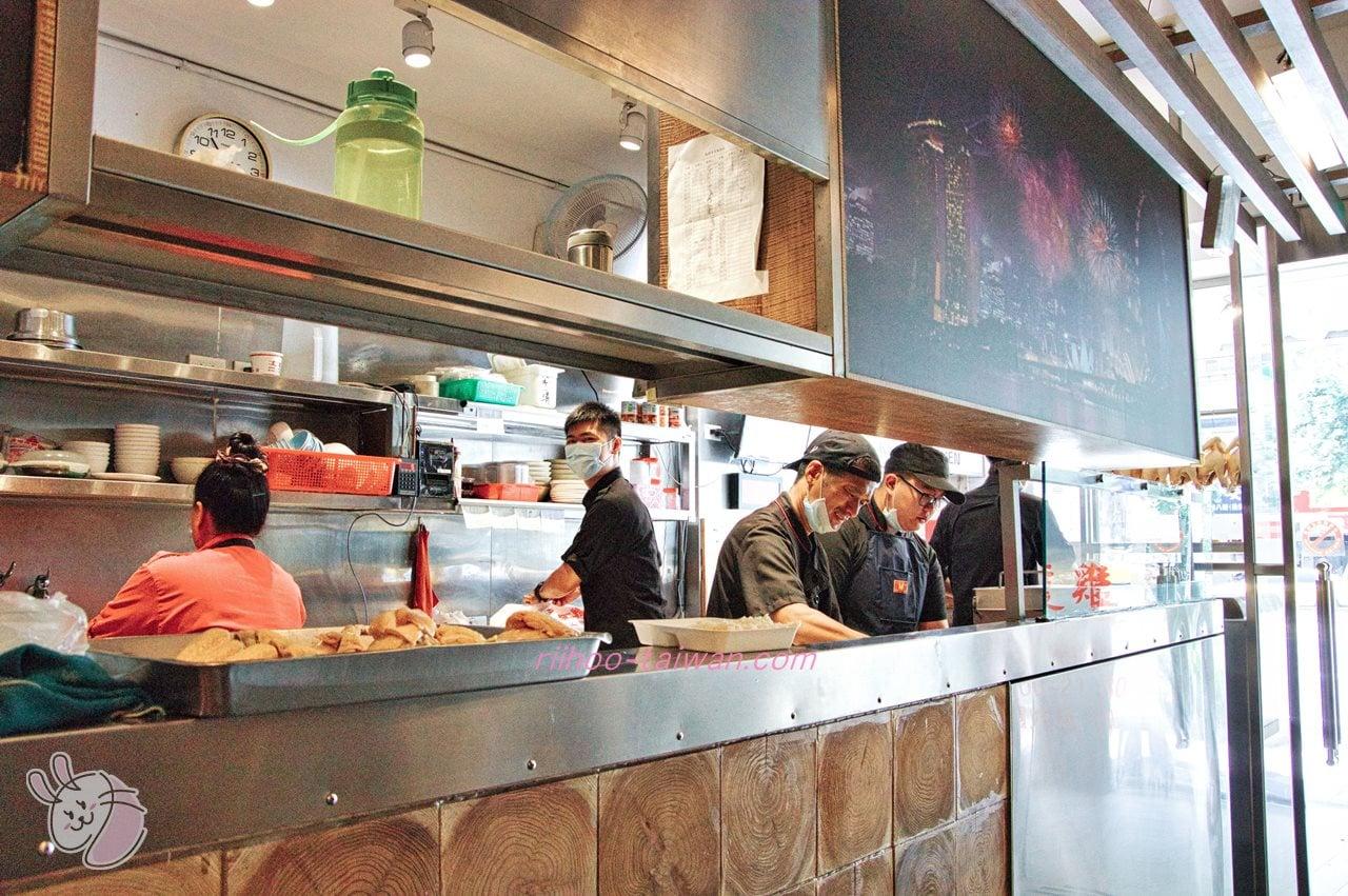文慶雞(文慶鶏)  店員のお兄さんたちが忙しそうに鶏を捌いて準備中