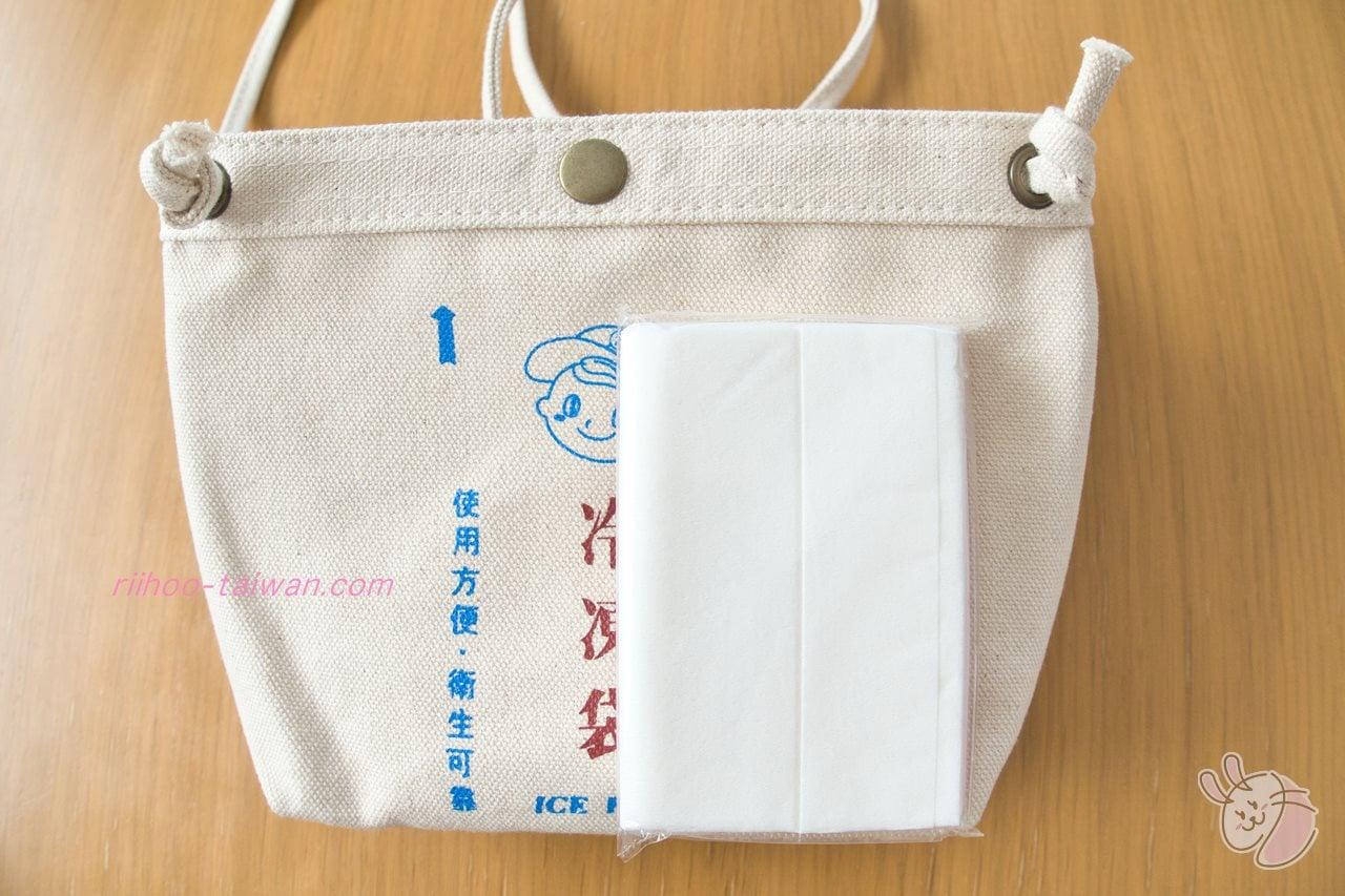 Pinkoi・自做自售創意供賣局  サコッシュのサイズがわかるようにポケットティッシュで比較