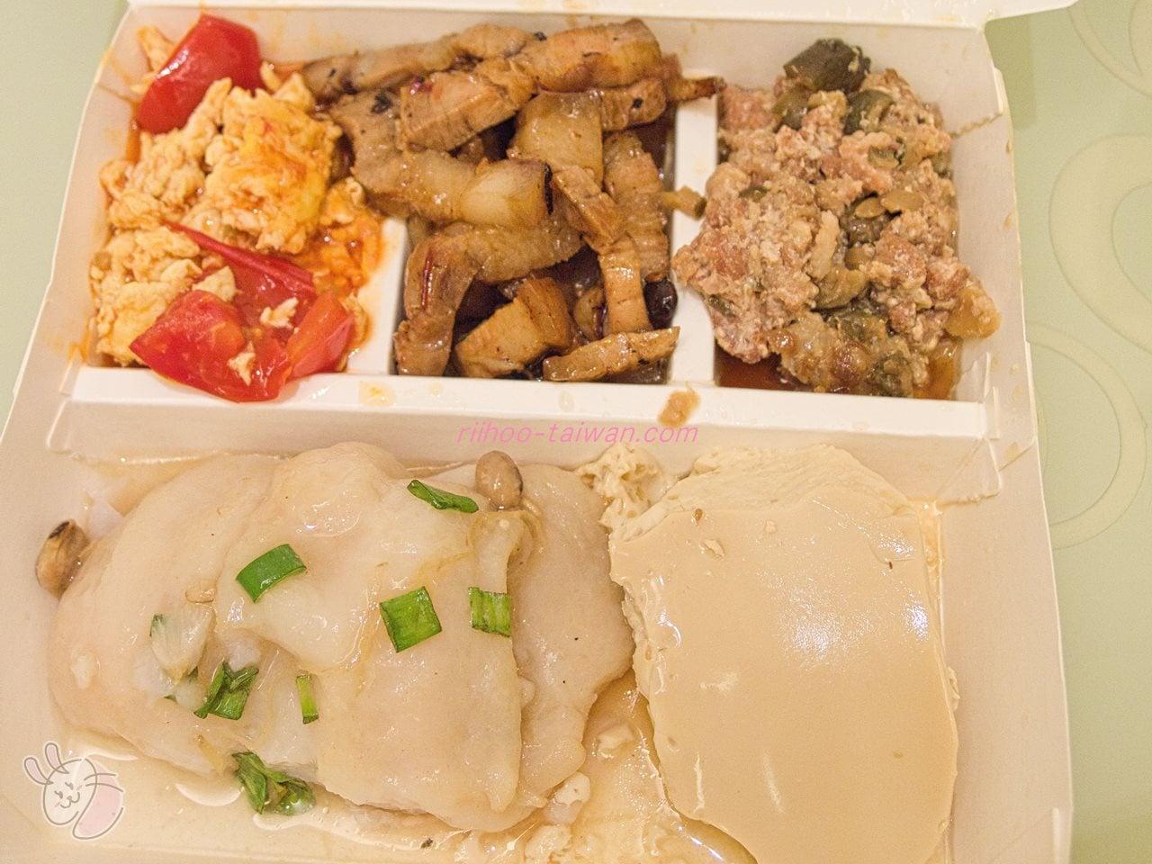 定宿ホテルの向かいにあるセルフ式食堂自助餐で買った弁当