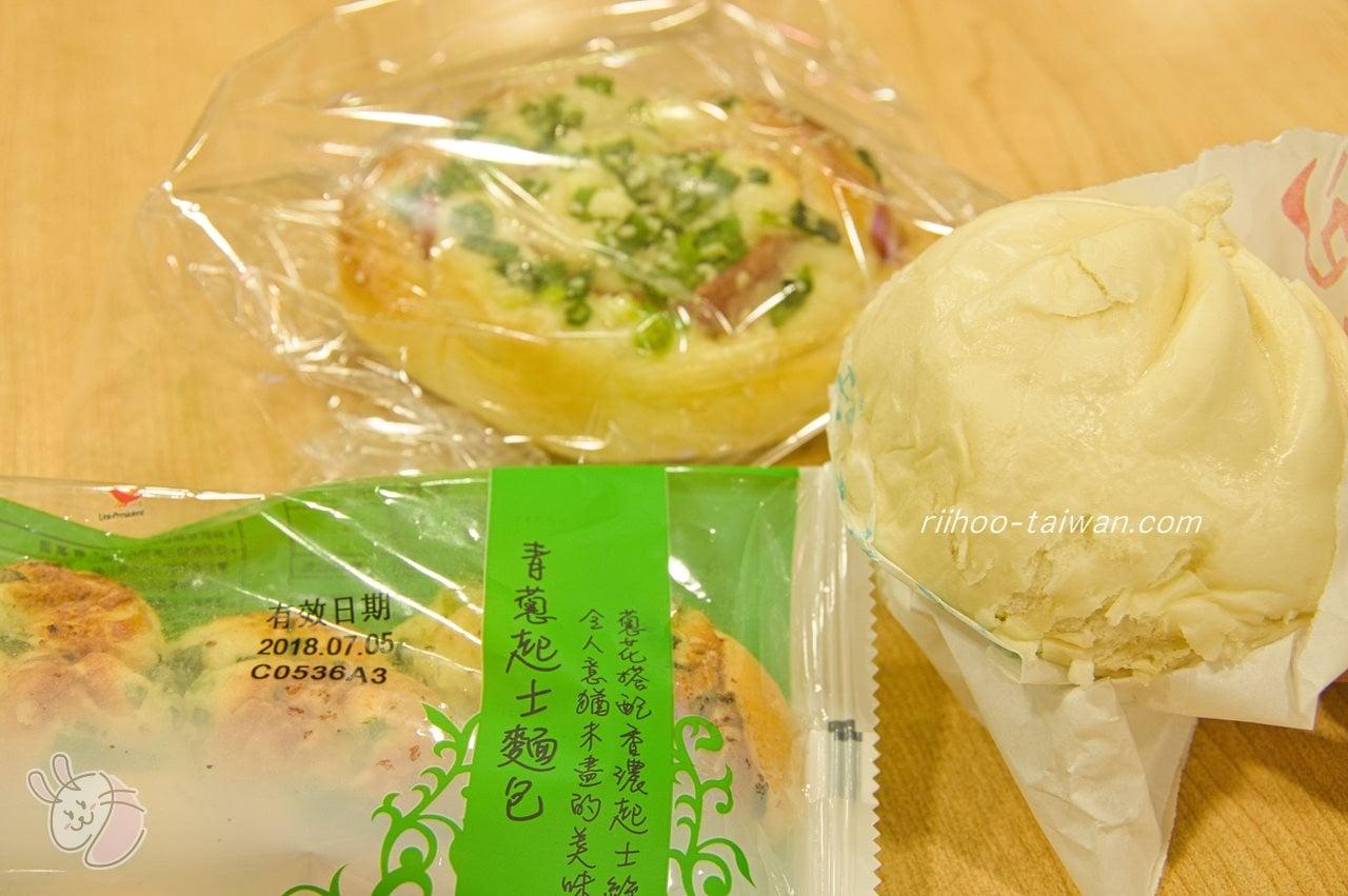 ぴー助は肉まんと、大好きな葱パンを買って食べてました