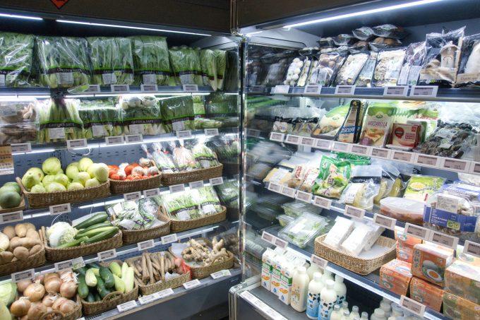 こじんまりとした店内です。 生鮮食品