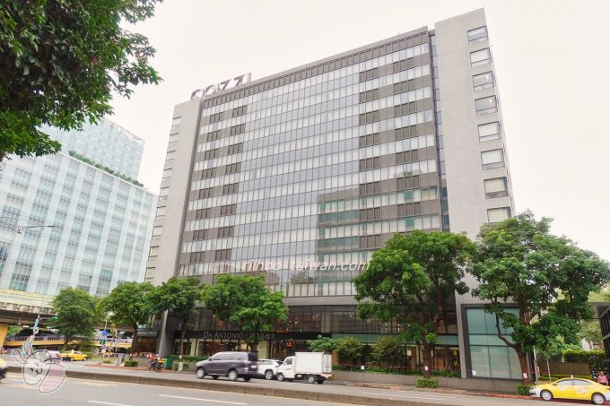 ホテルCOZZI(コッツィ)民生館 ホテルの入口は、建物に向かって右側