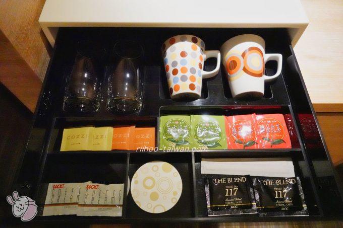 ホテルCOZZI(コッツィ)民生館 デスク上の白いケースの中には お茶・コーヒー マグカップ・グラス