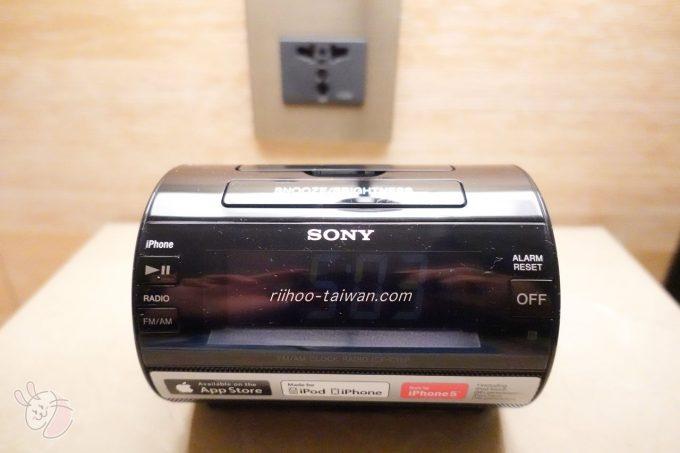 ホテルCOZZI(コッツィ)民生館 時計は、iPhoneを差し込めば音楽も聞けるみたい