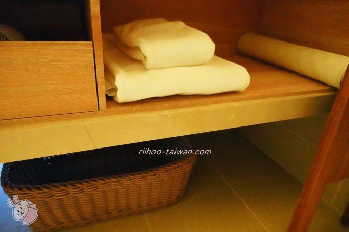 ホテルCOZZI(コッツィ)民生館 洗面台の下の棚にタオル類