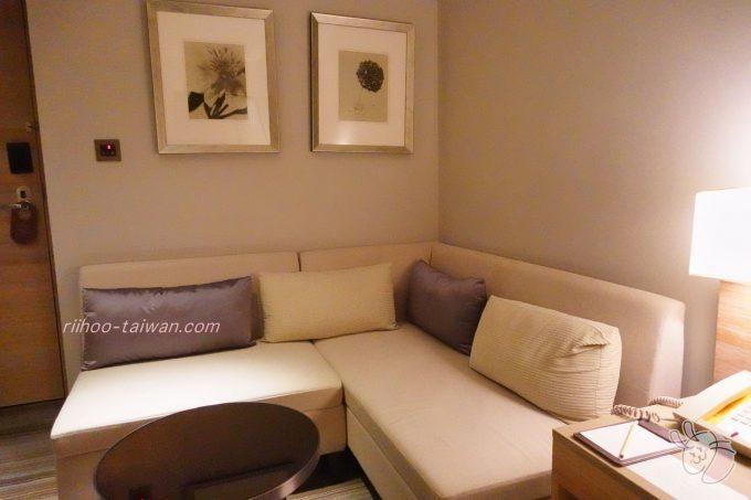 ホテルCOZZI(コッツィ)民生館 部屋に入ってすぐ左手に、L字のソファー