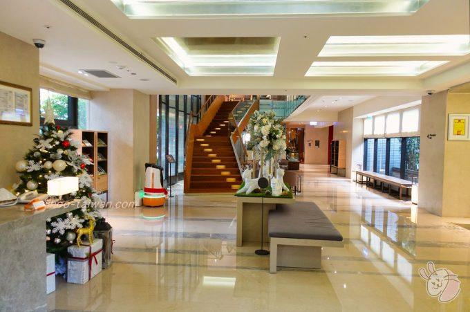 ホテルCOZZI(コッツィ)民生館 ガラス張りなので日中は明るく、ソファや椅子も多く配置