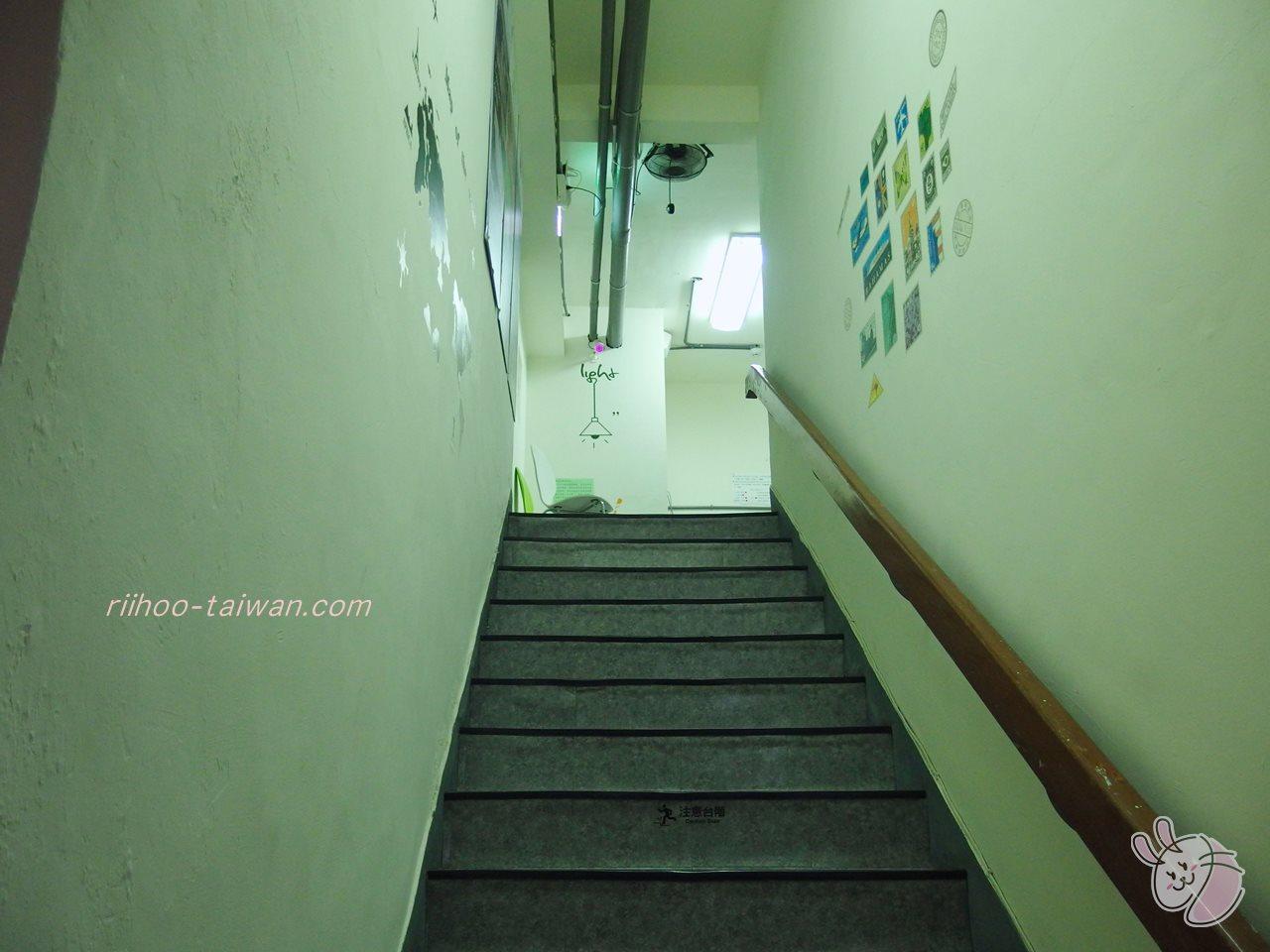 高雄FXイン富驛商旅 15階の朝食会場を左側に進んでいくと、奥に階段があるので そこを上ると、無料で利用できるランドリー室