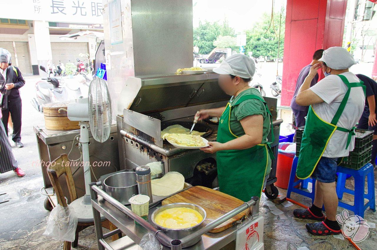 興隆居 店先では、台湾の定番朝ごはん「蛋餅」が焼かれています