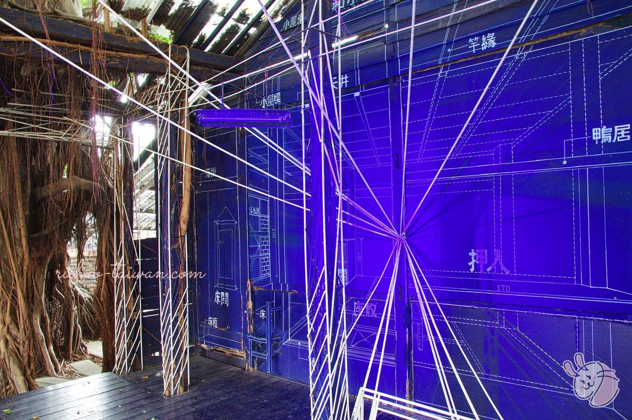 3D藍晒圖 青い壁に白い線で、押入れや棚・鏡・日用品などが描かれていたり  白いワイヤーで、屋根や柱・机などが表現されていたり