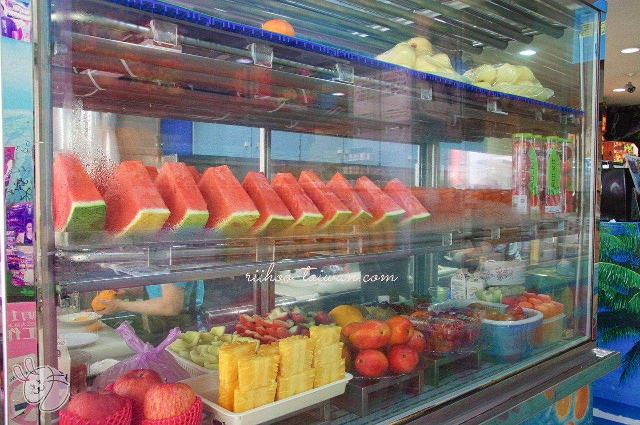 裕成水果店 ガラスケースの中にも、おいしそうなフルーツが並んでいます